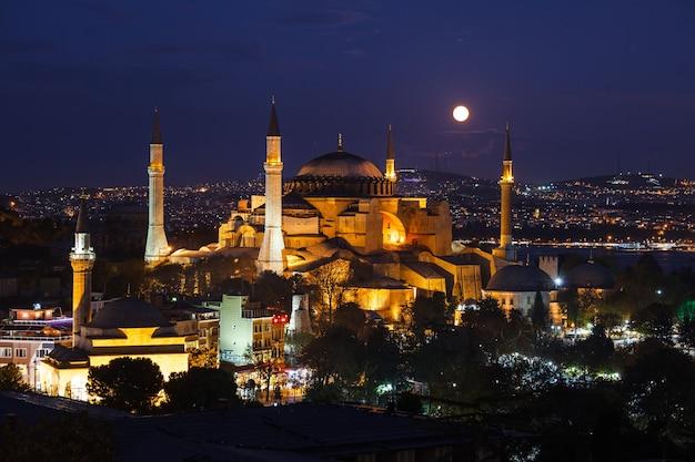 Moonrise bij aya sofya-moskee in istanboel, turkije. Premium Foto