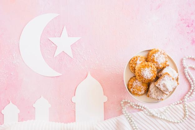 Moskee met halve maan en snoepjes Gratis Foto