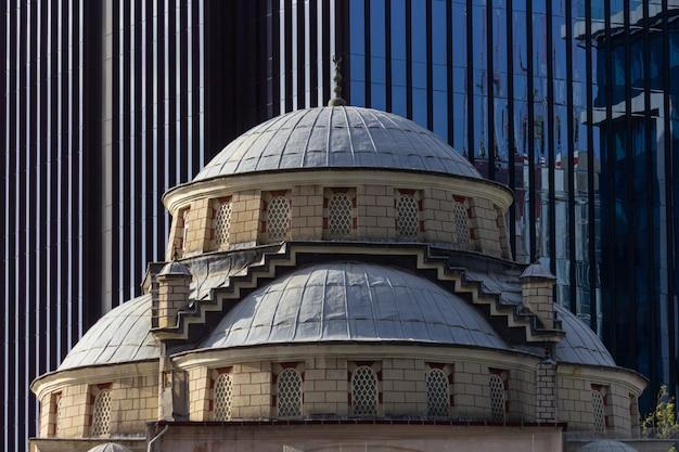 Moskee met zakelijke gebouw Premium Foto