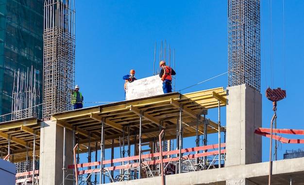 Moskou, rusland: werknemers op de bouwplaats van nieuwe woongebouwen Premium Foto
