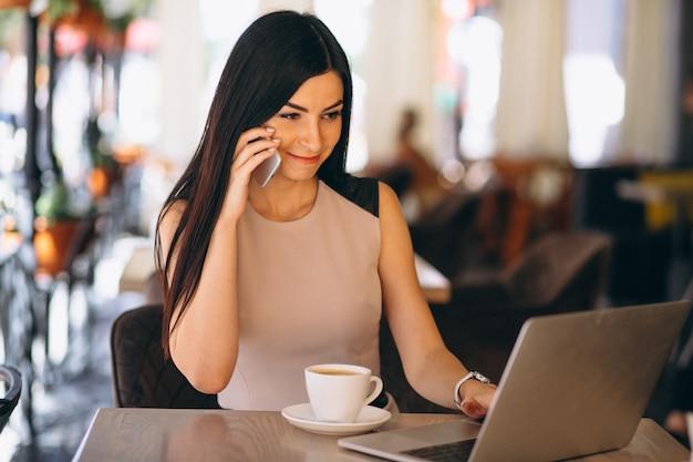 Moslim bedrijfsvrouw die aan computer werkt Gratis Foto