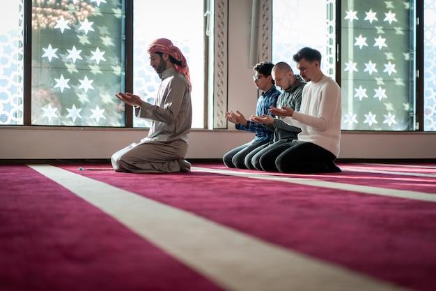 Moslim bidden in prachtige moskee Premium Foto