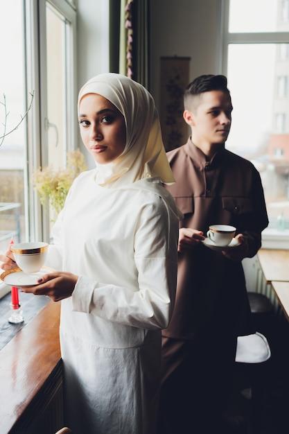 Moslim kaukasische familie die thee drinkt Premium Foto