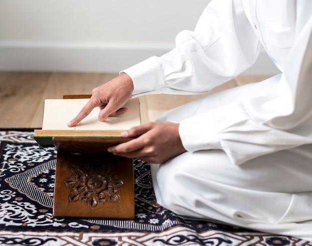 Moslim man die de koran bestudeert Premium Foto