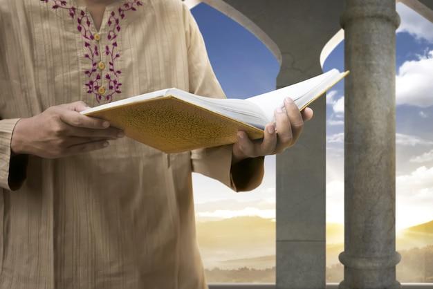 Moslim man die de koran leest Premium Foto