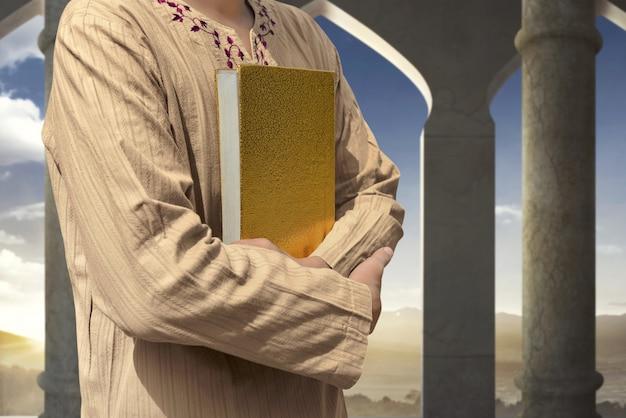 Moslim man met koran Premium Foto