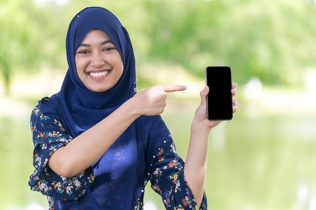 Moslim meisje mobiele telefoon portret Premium Foto