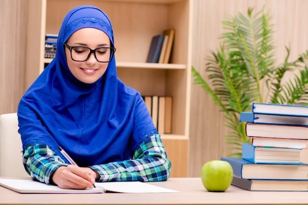 Moslim meisje voorbereiden op toelatingsexamens Premium Foto