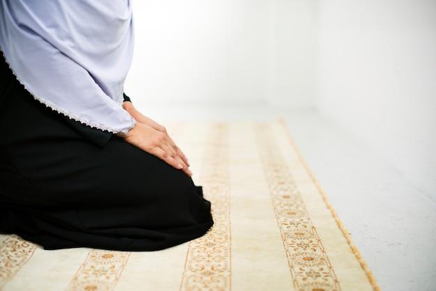 Moslim mensen bidden Premium Foto
