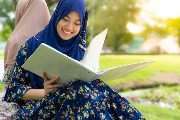 Moslim student leesboek Premium Foto