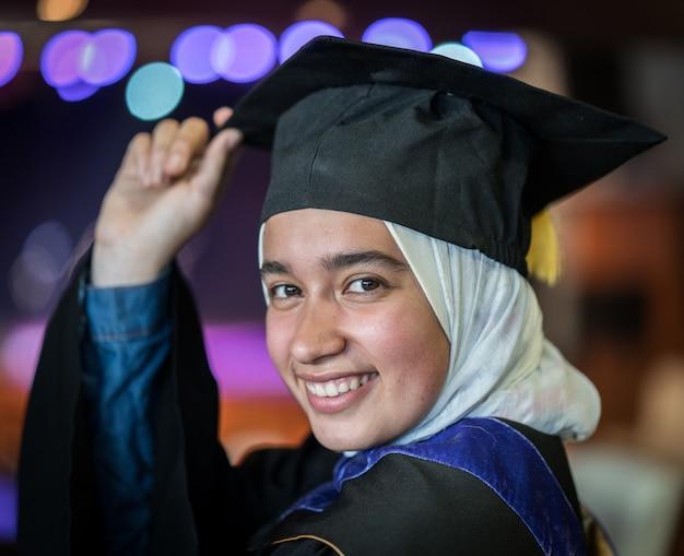 Moslim vrouwelijke student op graduatieceremonie Premium Foto