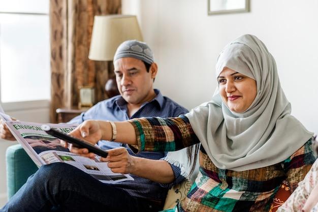 Moslimfamilie die op tv thuis let Premium Foto