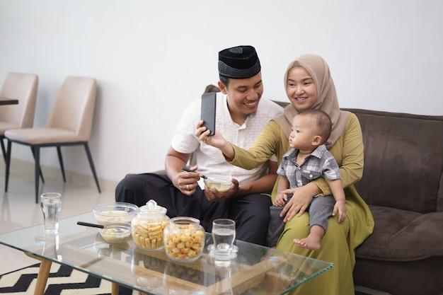 Moslimfamilie die selfie samen nemen Premium Foto