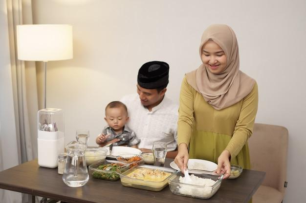 Moslimfamilie met peuterontbijt tijdens ramadan Premium Foto