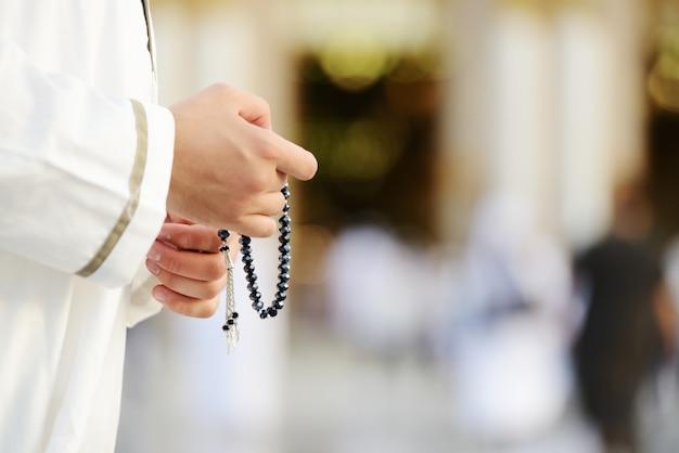 Moslimgebed in de heilige moskee Premium Foto