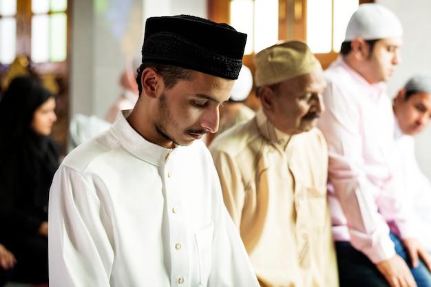 Moslimgebeden in tashahhud-houding Gratis Foto