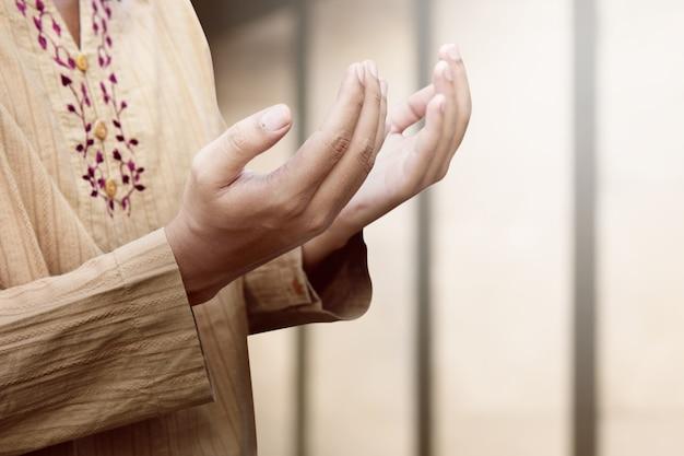 Moslimman bid tot god Premium Foto