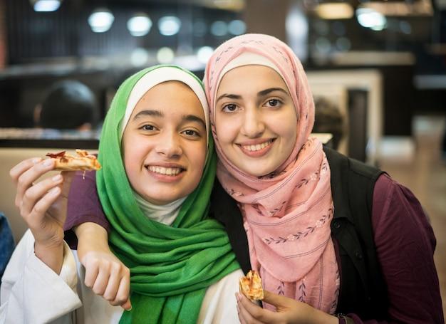 Moslimmeisjes in restaurant wachten op iftar Premium Foto