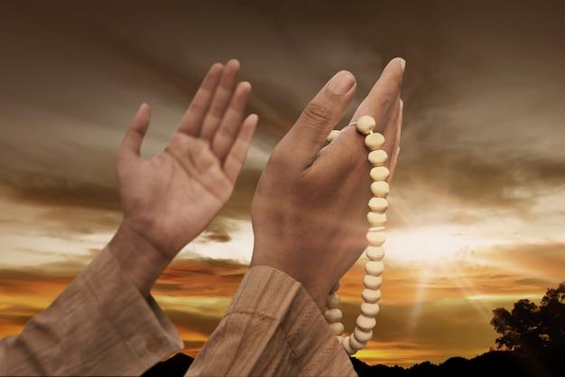Moslimmens die met gebedparels bidt Premium Foto