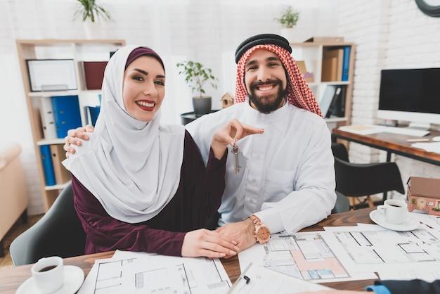 Moslimpaar kreeg sleutels nieuw huis happy clients. Premium Foto