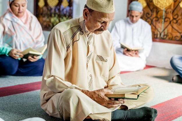 Moslims die lezen van de koran Premium Foto