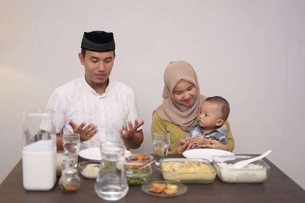 Moslims eten hun arm open en bidden tot god Premium Foto