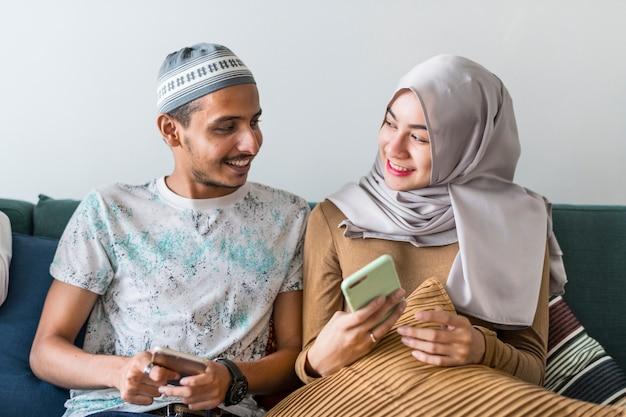 Moslimvrienden gebruiken sociale media op telefoons Premium Foto