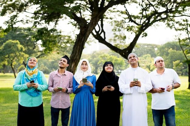 Moslimvrienden gebruiken sociale media Premium Foto