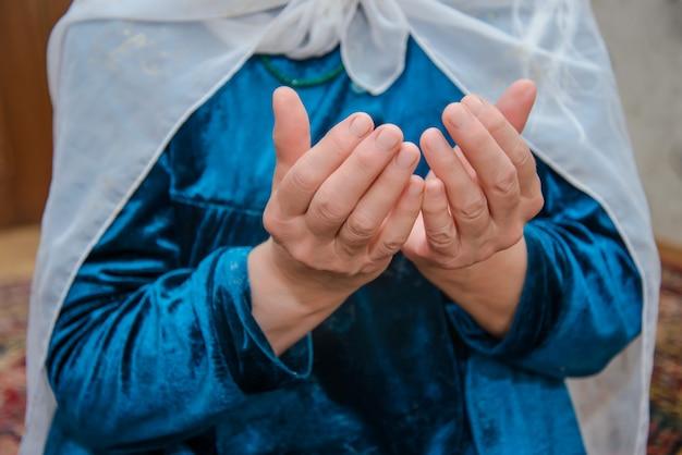 Moslimvrouw leest gebeden Premium Foto