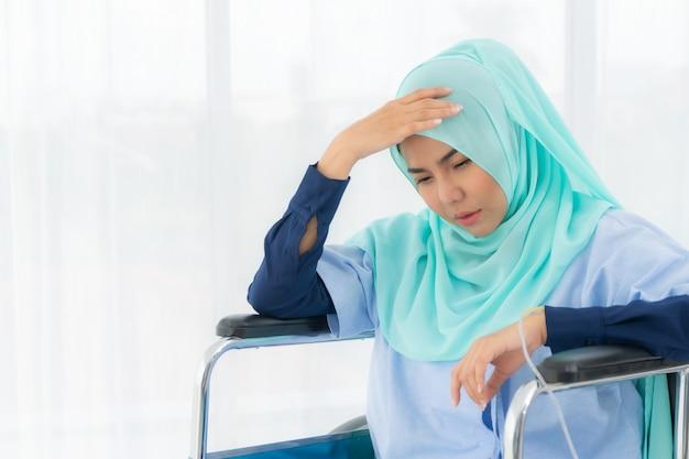 Moslimvrouw zittend in een rolstoel. Premium Foto