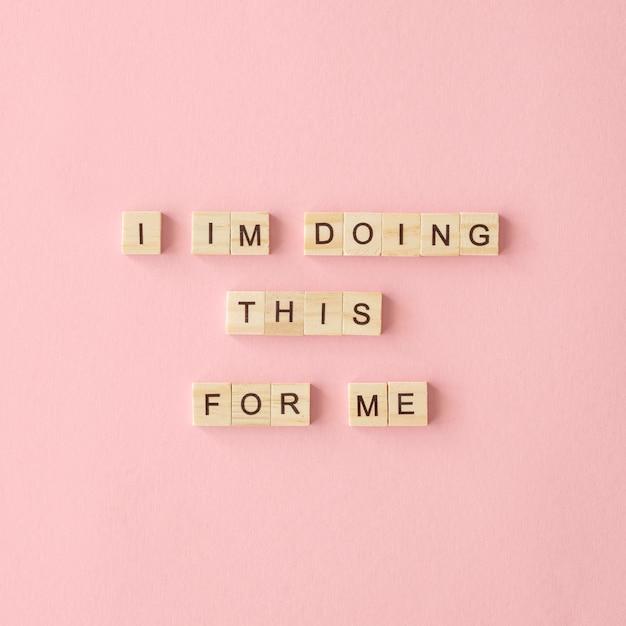 Motiverende tekst op roze achtergrond Gratis Foto