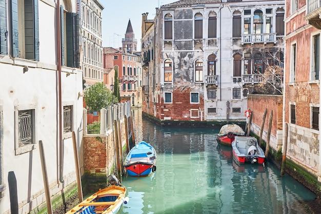Motorboten op het kanaal in venetië italië zonnige dag historische gebouwen Premium Foto