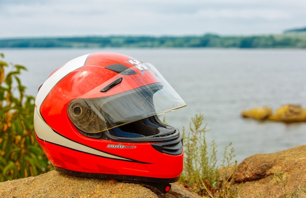 Motorhelm op de achtergrond van de natuur Premium Foto