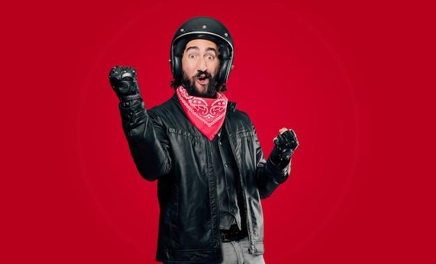 Motorrijder die een overwinning viert Premium Foto