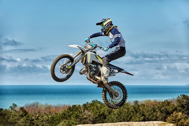 Motorrijder maakt een extreme sprong tegen de lucht Premium Foto