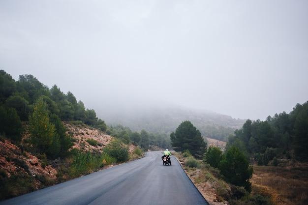 Motorrijder op lege landweg Gratis Foto