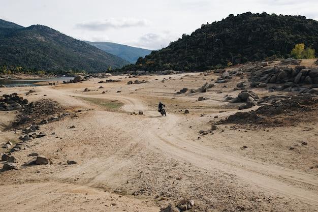 Motorrijder op onverharde weg Gratis Foto
