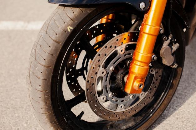 Motorwiel in close-upmening Gratis Foto