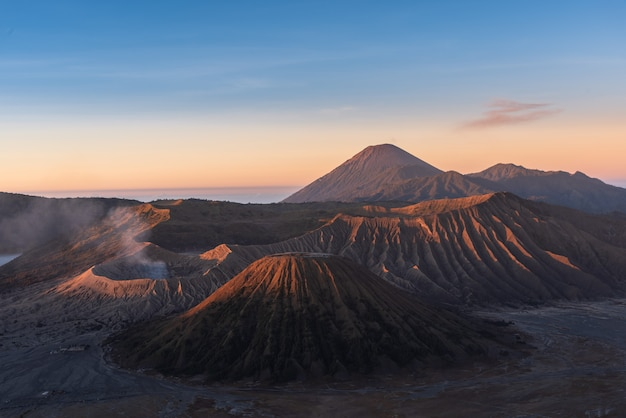 Mount bromo, is een actieve vulkaan en onderdeel van het tengger-massief, in oost-java, indonesië. Premium Foto