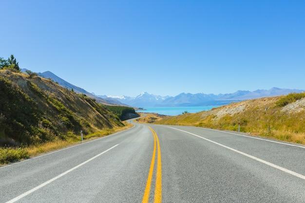 Mount cook-uitkijkpunt met de meerpukaki en de weg naar het bergkokdorp in ne Premium Foto