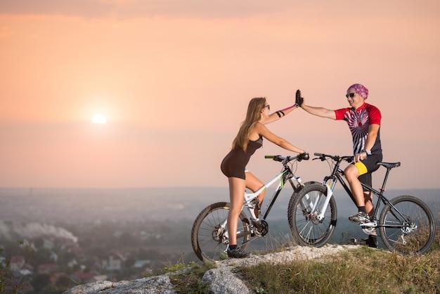 Mountainbikers geven elkaar een high five Premium Foto
