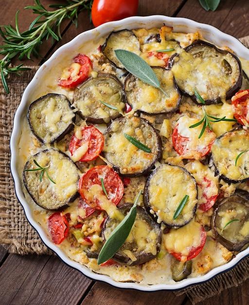 Moussaka (aubergine braadpan) - een traditioneel grieks gerecht Gratis Foto