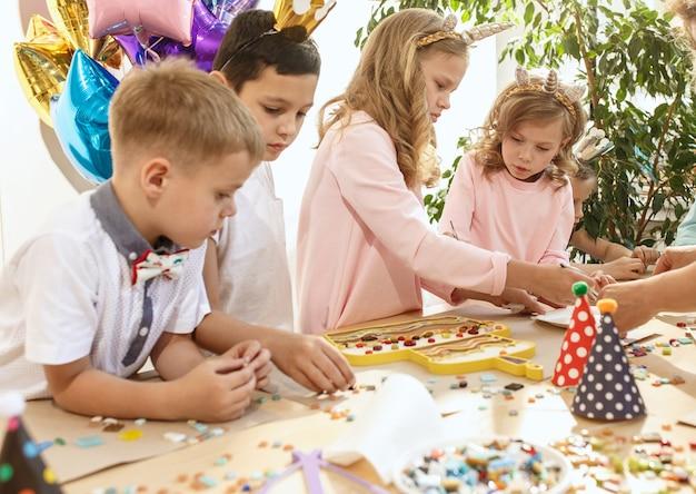 Mozaïek puzzelkunst voor kinderen, creatief spel voor kinderen. Gratis Foto