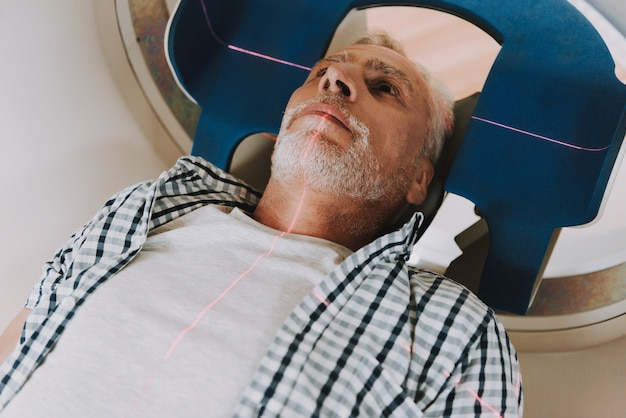 Mri-radiotherapie van hersenkanker bij senior man. Premium Foto