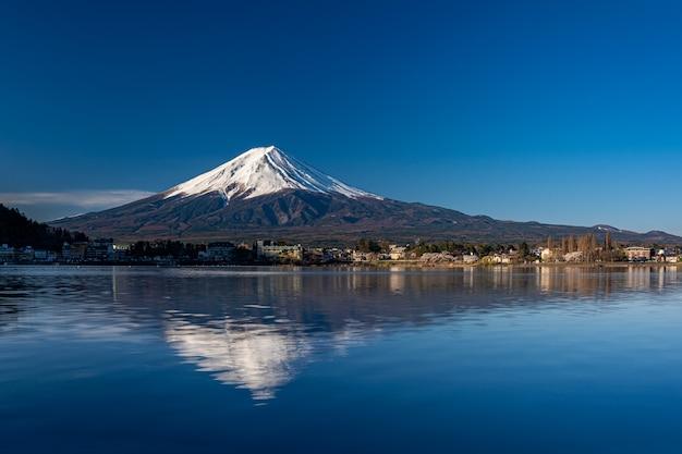 Mt. fuji bij kawaguchiko fujiyoshida, japan. Premium Foto