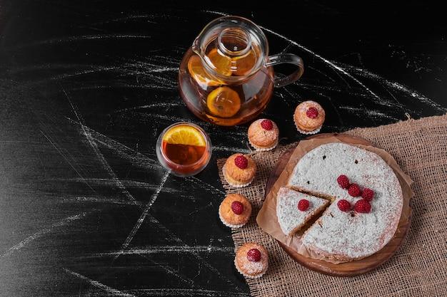 Muffins met citroentaart op houten schotel. Gratis Foto