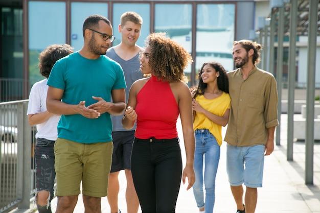 Multi-etnische groep mensen in casual wandelen in stedelijke omgevingen Gratis Foto