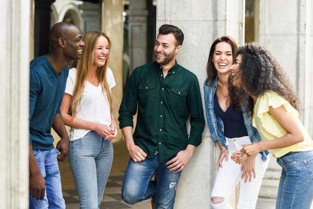 Multi-etnische groep vrienden die plezier samen hebben in stedelijke backg Gratis Foto