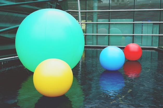 Multi kleurenballen op de waterpool. achtergrond Premium Foto