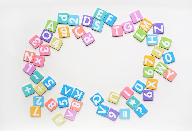 Multicolor alfabetletters in vierkante platte papieren Premium Foto